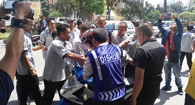 Dipukul dan Ditendang hingga Dilucuti Jaket dan Helm, Ricuh!! Pengemudi Konvensional vs Taksi-Gojek Online di Pekanbaru
