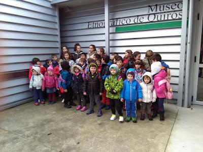 Alumnos del colegio Virgen de Alba de Quirós visitando la exposición de Grucomi en el Museo Etnográfico