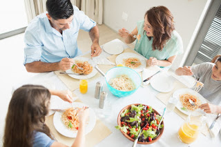 famille qui mange ensemble des choix santé