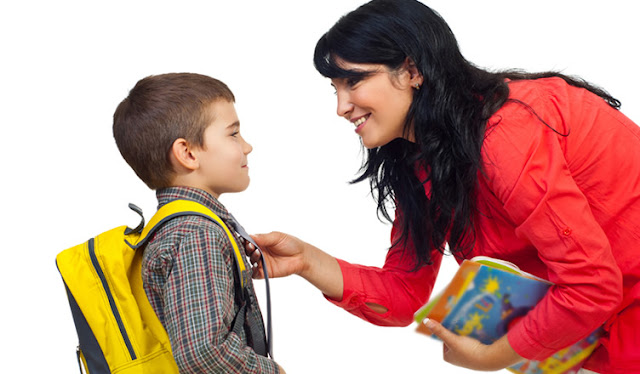 Mãe conversando com o filho na volta da escola.