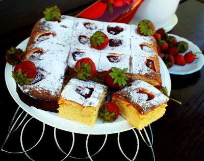Jogurtowe-ciasto-z-truskawkami
