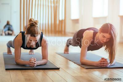 Gerakan plank dalam yoga