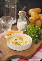 Huevos al plato con crema ligera de ajo