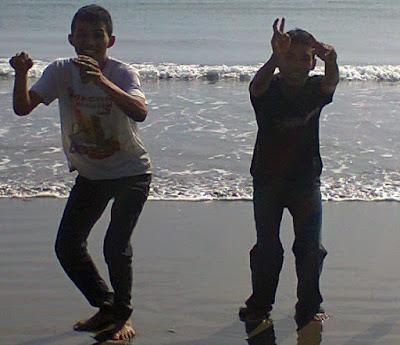 """Arief dan Dayat di laut Kuburan Cina, Benteng, Sigli"""