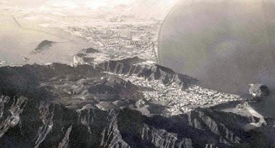 Kota Aden ini selain terkenal tentang peperangan, kota ini juga memiliki keunikan, dimana kota ini berada tepat diatas kawah gunung berapi yang sangat besar. Mungkin jika kita berjalan diatasnya, kita tidak mengira bahwa kita berjalan diatas kawah sebuah gunung. Berikut adalah penampakan Kota Aden. Masya Allah besar sekali bukan?