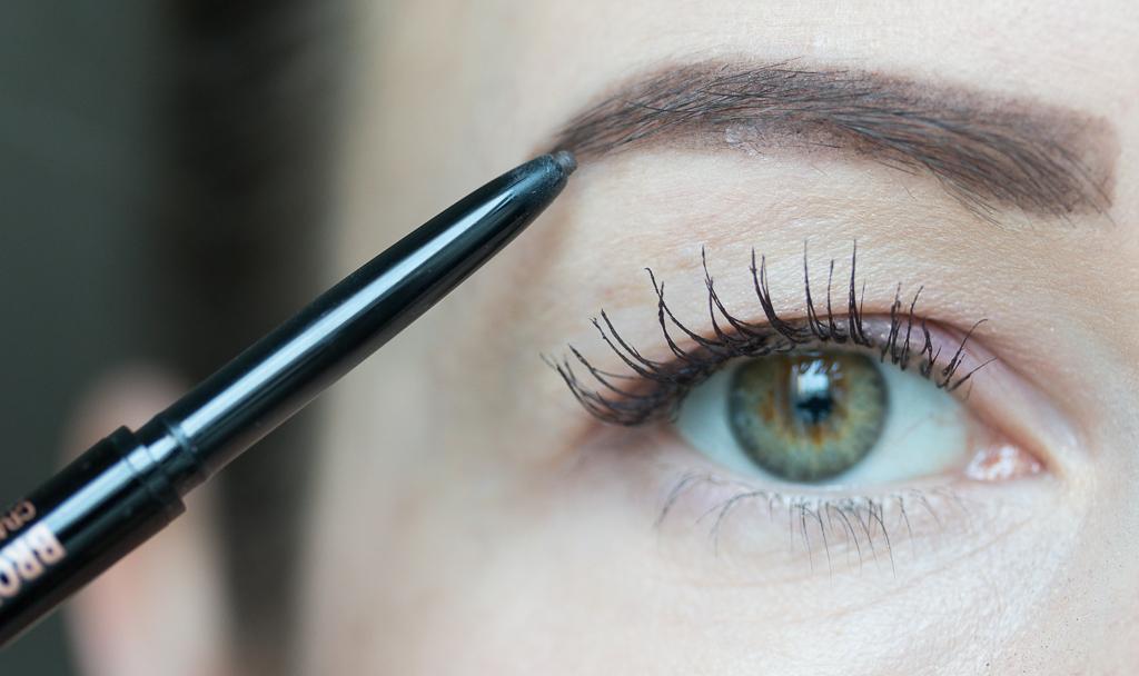 Tragebild Anastasia Beverly Hills Brow Wiz Medium Brown auf den Augenbrauen Stiftmine