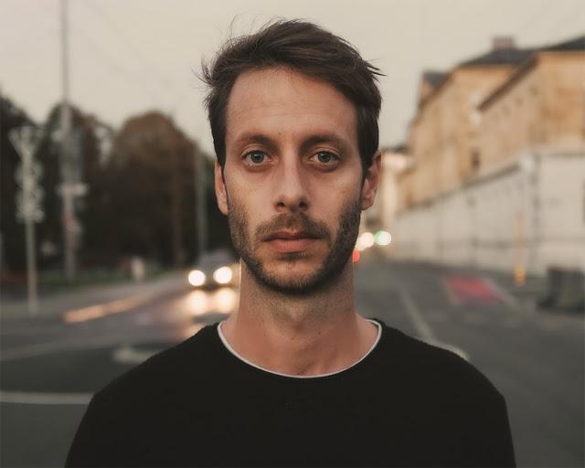 le producteur electro suisse Aust présente The Hive son nouvel EP.