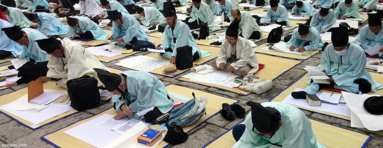 Eruditos coreanos haciendo un examen público