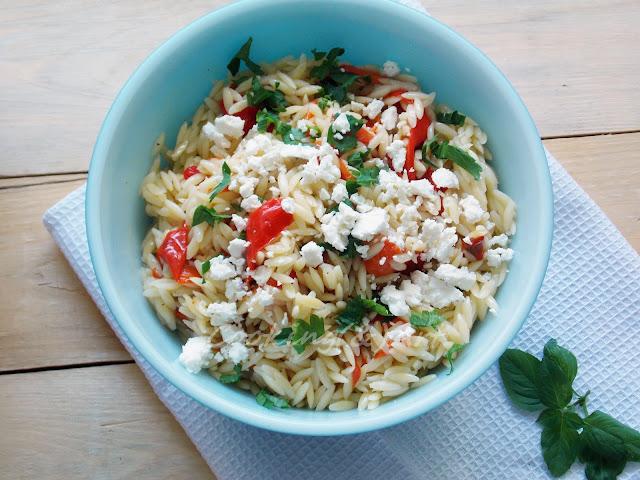Σαλάτα με κριθαράκι, ψητές πιπεριές & φέτα / Salad with orzo, roasted peppers and feta