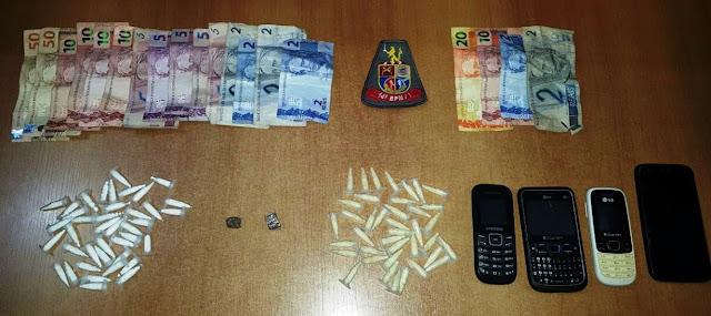 POLÍCIA MILITAR PRENDE TRAFICANTE COM 40 PINOS DE COCAÍNA, 39 DE CRACK E MACONHA EM REGISTRO-SP