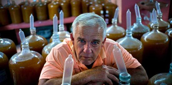 Un cubano usa condones para producir vino