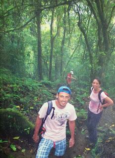 Yo con una amiga justo detrás y otro amigo que viene al fondo en el ascenso por el sendero al cerro chato, con árboles a ambos lados