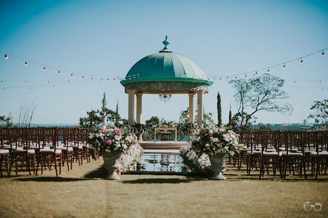 casamento real, casamento a céu aberto, casamento no jardim, casamento no campo, passarela de espelho, flores do campo, cerimônia, decoração de cerimônia, varal de lâmpadas