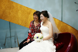 Korean bride before the wedding ceremony having photos - western friend