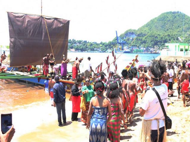 Wairon, Perahu Tradisional Biak Sandar Di Dok II Jayapura
