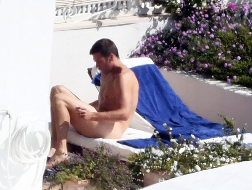 Tom Brady, marido da top Gisele Bündchen toma sol pelado. Veja!