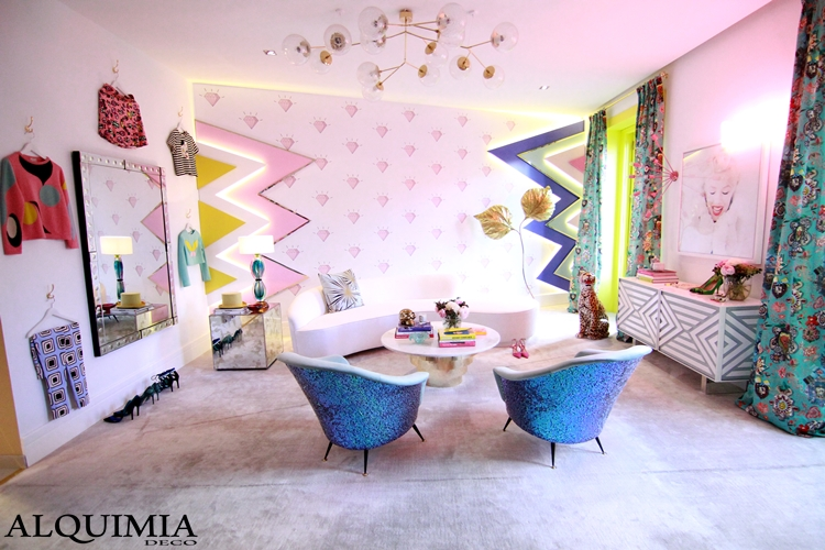 casa-decor-2016-madrid-butaca-azul-diamante-rosa-papel-pintado-lampara-dorada-interiores-
