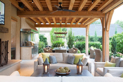 the family room blends with the garden or park