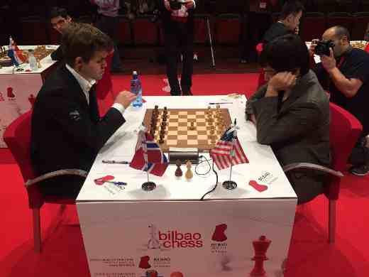 Ronde 9: Le début de la partie d'échecs du jour entre le leader du tournoi Magnus Carlsen et Wesley So - Photo � Juan Carlos Fdez