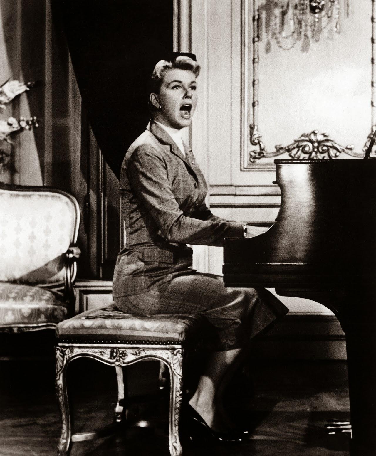 Η Ντόρις Ντέι ενώ τραγουδάει 'Que Sera, sera...'