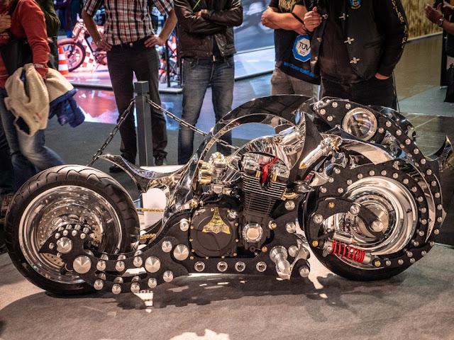 Esta moto se llama KastoLom. La compañía rusa que la construyó también se llama KastoLom. Y aunque no se parece mucho a una Tourer, tienes que admirar el trabajo que se ha hecho en esta cosa. El motor es de una Yamaha XJR1300, las ruedas son de una Harley V-Rod, y el resto está prácticamente construido a mano.
