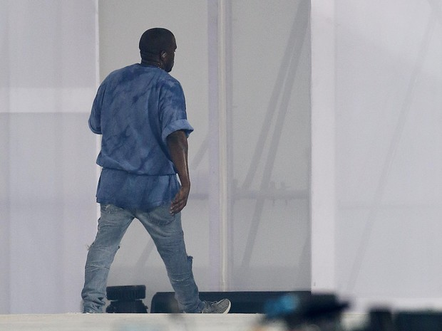 Kanye West leaves the stage before the end of the presentation