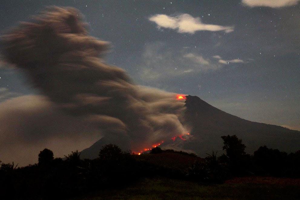 Lava pijar mengalir turun dari kubah lava Gunung Sinabung 30 Foto yang menceritakan dahsyatnya letusan Gunung Sinabung