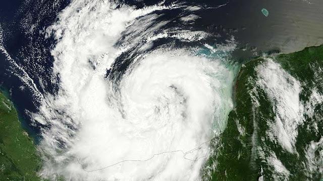 La NASA publica imágenes satelitales del huracán Nate en el golfo de México