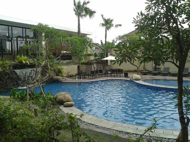 Kolam Renang Hotel Aston