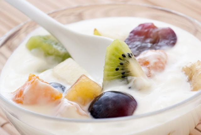 Cara membuat salad buah saus youghurt