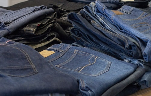 Pants sold at flea markets are cheaper than in department stores.