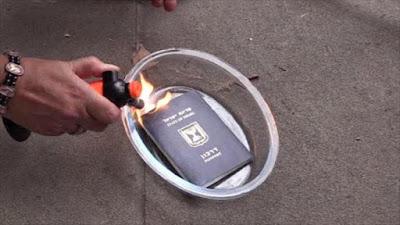 Una mujer británica quema su pasaporte israelí en protesta por la ofensiva israelí contra Gaza.