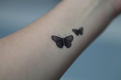 Duas Pequenas e Detalhadas Borboleta Tatuagens no Braço