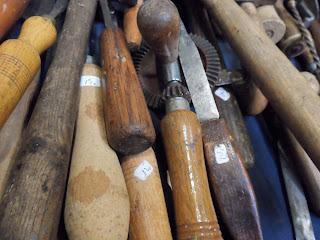 antiguas herramientas en el desembalaje de bilbao