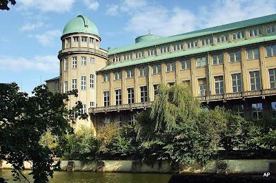 Muzeum-widok od rzeki z kopułą planetarium