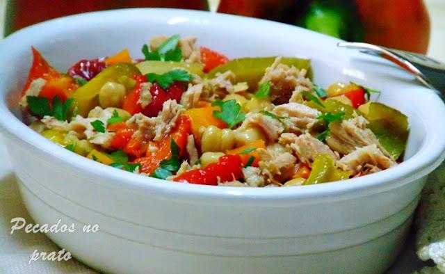 Salada de atum com grão e pimentos