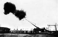 Uno de los cañones de París, disparando.