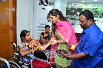 Actress-Mehreen-Kaur-Birthday-Celebration-with-Cancer-Children