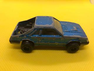 フォード マスタング のおんぼろミニカーを側面から撮影