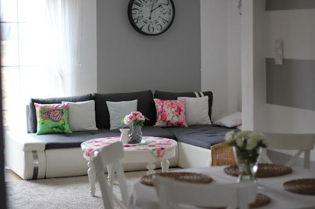jasny salon, biały salon, poszewka róże kwiaty, białe róże, białe krzesła, biały stół