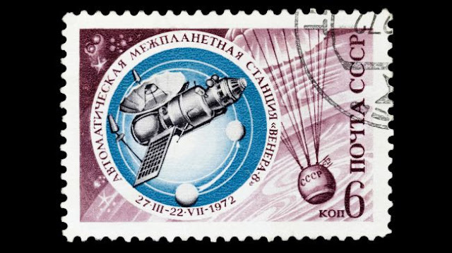Selo postal da União Soviética mostra sonda Venera 8 chegando em Vênus em meados de 1972