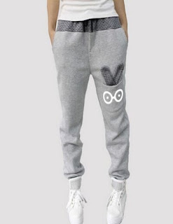 Cómodos pantalones deportivos con conejos como adorno