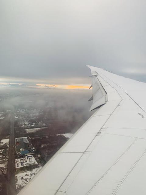 要降落的時候看到屋頂上都是雪