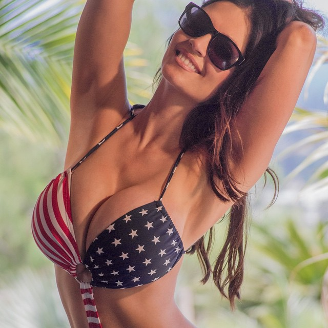 Denise Milani tem as mamas mais bonitas do mundo