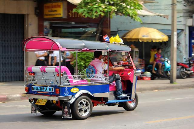 Những chiếc xe ba bánh được dùng rất phổ biến cho những hành trình ngắn. Loại xe này có thể chở được 2 - 4 người và sẵn sàng đưa bạn đến những điểm tham quan. Tuy nhiên, bạn cần phải thỏa thuận với người chở xe về giá tiền. Đây là một trong những cách di chuyển thú vị đối với khách du lịch để trải nghiệm giao thông ở Thái Lan.
