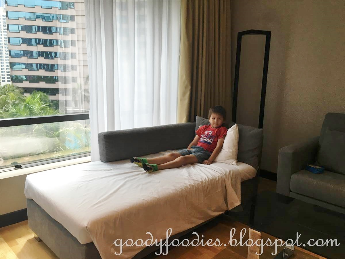 Goodyfoodies hotel review renaissance kuala lumpur hotel new deluxe rooms for Sofa bed kuala lumpur