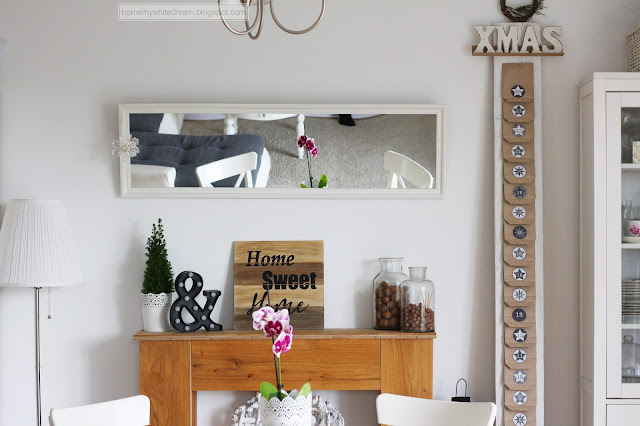 kalendarz adwentowy na desce, minimalistyczny kalendarz, czarno biały kalendarz, biała witryna Hemnes Ikea, biały stół Ingatorp Ikea, Atrapa kominka DIY, drewniana ściana w salonie, gwiazda z gałązek