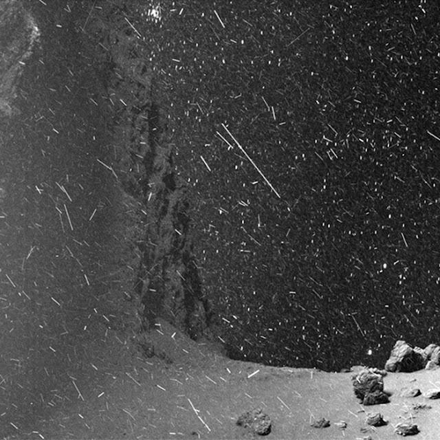 Tuyết rơi trên sao chổi Churyumov-Gerasimenko. Hình ảnh: ESA, Rosetta, MPS, OSIRIS; UPD/LAM/IAA/SSO/INTA/UPM/DASP/IDA -  Xử lý GIF: Jacint Roger Perez.