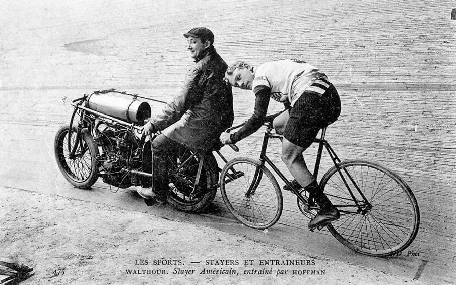 Ciclista Bobby Walthour con Pacer Hoffman,  1903-04