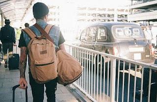 Joven se va del país en ruinas.